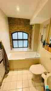 Handyman bath silicone renew and tiling.